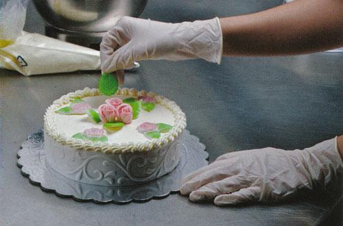 Entourer un g teau de ruban en p te sucre cerfdellier for Decoration gateau pate a sucre